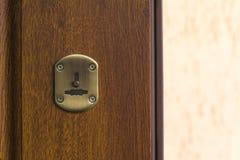 Dekorativ beståndsdel för nyckelhål på en trädörr Fotografering för Bildbyråer