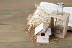 Dekorativ birdhouse Vår royaltyfri foto