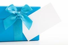 Dekorativ blå julgåva med en tom etikett Fotografering för Bildbyråer