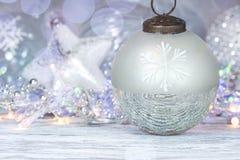 Dekorativ boll för julgran mot defocused ferieljus royaltyfria bilder