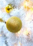 Dekorativ boll på den vita julgranen Royaltyfri Fotografi