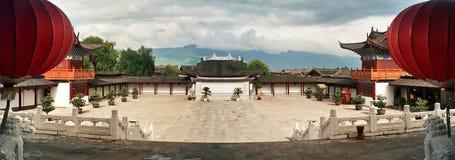 Dekorativ borggård av slotten i lijiang, porslin arkivfoton