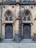 Dekorativ dörröppning av den gotiska domkyrkan av helgon Vitus, Prague slott, Tjeckien Arkivfoton