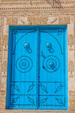 Dekorativ dörr i Kairouan, Tunisien arkivfoton