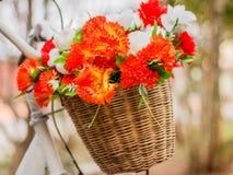 Dekorativ das Fahrrad mit künstlichen Blumen lizenzfreies stockfoto