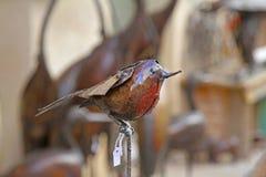 Dekorativ fågel som göras av till salu metall på den gamla gatan i Besalu, Spanien Royaltyfri Fotografi
