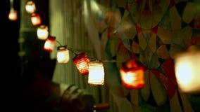 Dekorativ festlig girland med ljust ljust slut upp Upplyst girland för julljus för feriedekor inom arkivfilmer