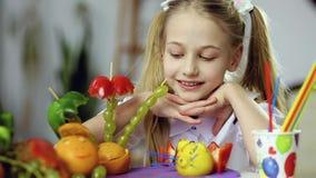 Dekorativ fruktmat och närbild av flickans framsida lager videofilmer