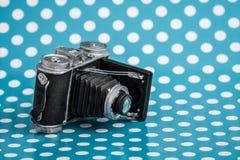 Dekorativ gammal antik kamera på blå bakgrund Arkivfoton