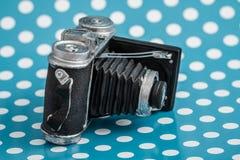 Dekorativ gammal antik kamera på blå bakgrund Arkivfoto