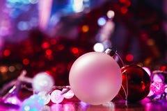 Dekorativ glödande girland för jul och vit röd boll Royaltyfri Bild