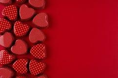 Dekorativ gräns av röda hjärtor på röd pappers- bakgrund för passion Valentine Day bakgrund royaltyfri bild