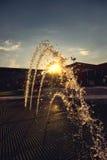 Dekorativ härlig springbrunn på solnedgången Royaltyfria Foton