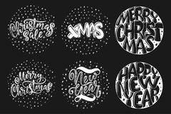 Dekorativ hand dragen bokstäver Glad jul för handskrivna uttryck och lyckligt nytt år som isoleras på svart bakgrund Moderiktig v Fotografering för Bildbyråer