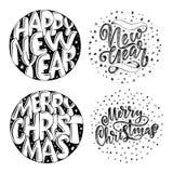 Dekorativ hand dragen bokstäver Glad jul för handskrivna uttryck och lyckligt nytt år som isoleras på vit bakgrund Moderiktig vec Arkivfoton