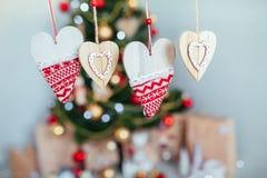 Dekorativ hjärta på bakgrunden av jul eller en julgran, med det isolerade stället för text Royaltyfria Foton