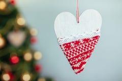 Dekorativ hjärta på bakgrunden av jul eller en julgran, med det isolerade stället för text Fotografering för Bildbyråer