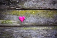 Dekorativ hjärta på trägammal riden ut bakgrund Royaltyfri Foto