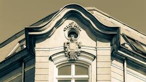 Dekorativ huvudstad av fasaden med Rich Keystone B arkivfoton