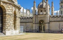 Dekorativ ingång till all andas högskola, oxford, England Arkivfoto