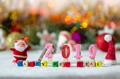 Dekorativ jul, sammansättning för nytt år med snö Färgrikt meddelande: Lyckligt nytt år royaltyfria foton