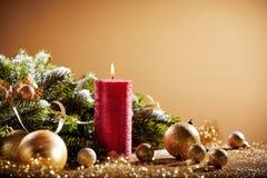 Dekorativ julbakgrund med den röda stearinljuset royaltyfri bild