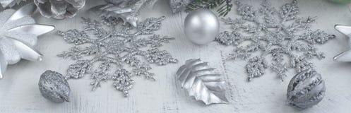 Dekorativ julsammansättning för baner på träbakgrundsljus Royaltyfri Foto