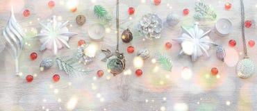 Dekorativ julsammansättning för baner på träbakgrundsljus Arkivfoton