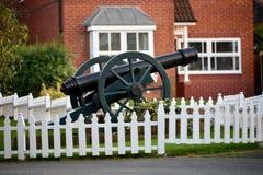 Dekorativ kanon i trädgård Arkivfoton