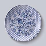 Dekorativ keramisk platta med en målning Blom- rund modell i Gzhel stil Arkivbilder