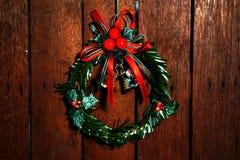 Dekorativ klocka för jul på träbakgrund arkivbilder