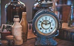 Dekorativ klocka för tappningskrivbordmetall arkivbilder