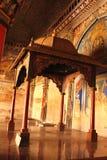 Dekorativ konungsarafoji som placerar öde och pelare i den dharbar korridoren för departementkorridor av thanjavurmarathaslotten Royaltyfria Bilder
