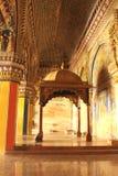 Dekorativ konungsarafoji som placerar öde och pelare i den dharbar korridoren för departementkorridor av thanjavurmarathaslotten Arkivbilder