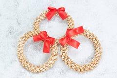 Dekorativ kran för jul av sugrör. Arkivfoton