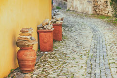 Dekorativ krukmakeri på en kullerstengata Arkivbild