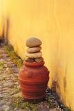 Dekorativ krukmakeri på en kullerstengata Arkivbilder