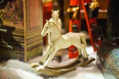 Dekorativ leksakhäst i snö Clouse upp Arkivbild