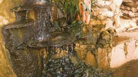 Dekorativ liten vattenfall på springbrunnen lager videofilmer
