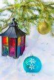 Dekorativ lykta- och guldjul klumpa ihop sig på päls-träd filial Arkivbilder