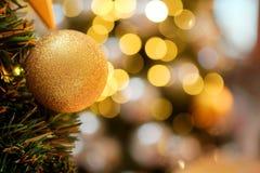 Dekorativ mit Spiegelball oder Weihnachtsball für frohe Weihnachten und guten Rutsch ins Neue Jahr Festival mit bokeh Hintergrund stockfotos