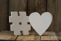 Dekorativ pölsa och hjärta för papper 3D över träbakgrund Fotografering för Bildbyråer
