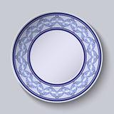 Dekorativ platta med den målade blåa blom- modellen i etnisk stil Royaltyfri Bild