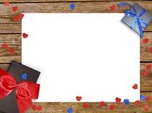 Dekorativ röd band och pilbåge över vit bakgrund Semestrar bakgrund med copyspace Vit bakgrund med den härliga pilbågen Royaltyfri Bild