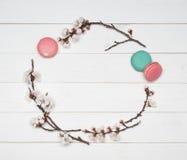 Dekorativ ram av blommor och mandelkakor på en trävit Arkivbilder