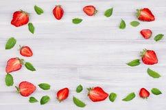 Dekorativ ram av jordgubbe- och mintkaramellbladet på vit bakgrund med kopieringsutrymme, bästa sikt Arkivfoton