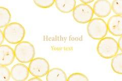 Dekorativ ram från cirklar av citronskivor på en vit bakgrund isolerat dekorativ kant skivad half ananas för bakgrundssnittfrukt Royaltyfri Fotografi