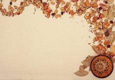 Dekorativ ram med koppen och kryddor Royaltyfri Bild