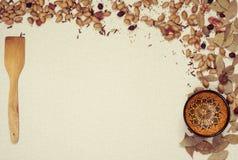 Dekorativ ram med kryddor och disk Arkivbild