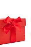 Dekorativ röd tygpilbåge på ask för dekorativ jul- eller valentingåva Royaltyfria Foton
